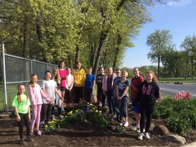 Picture of 6th grade Class who planted flowers